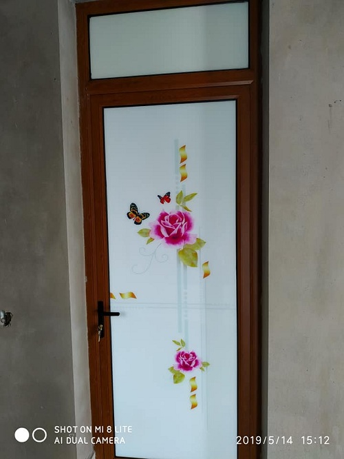 mẫu cửa đi thông phòng nhôm kenwin kính họa tiết 1